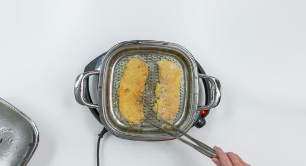 Rimuovere il coperchio, girare le cotolette, asciugare l'interno del coperchio per rimuovere l'umidità creatasi con carta da cucina, quindi chiudere nuovamente l'Unità con il coperchio. Cuocere le cotolette per ca. 2 minuti, a seconda del loro spessore.