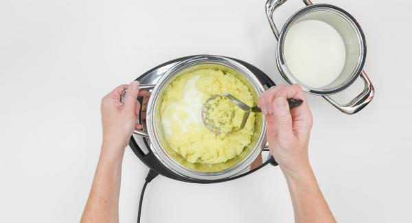 Aggiungere il burro, schiacciare le patate finemente e aggiungere il latte poco alla volta.