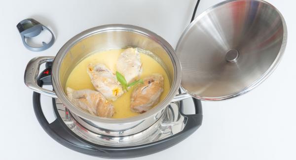 Rimuovere la carne dall'Unità e tenerla in caldo. Amalgamare la salsa con l'amido di mais. Insaporire con sale e pepe.