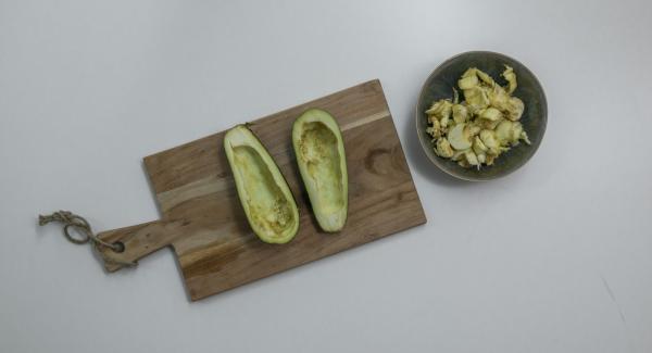 Tagliare la melanzana in due parti, svuotarla con l'ausilio di un cucchiaio e conservare il ripieno. Cospargere le due metà di sale grosso per favorire la perdita di liquidi in eccesso.