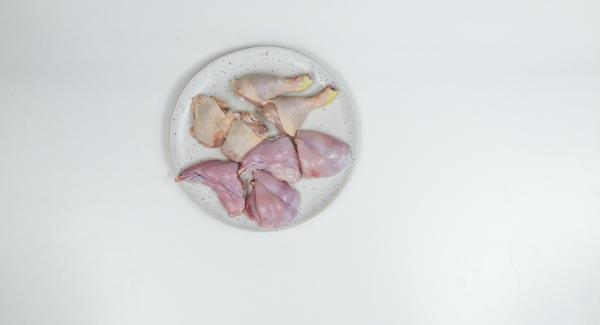 Tagliare in pezzi le cosce di pollo e le cosce di coniglio. Pelare l'aglio e tagliarlo a cubetti finissimi.