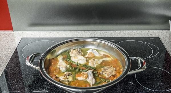 """Aggiungere il riso e lo zafferano. Con l'ausilio di Audiotherm, riscaldare nuovamente fino alla finestra """"verdura"""". Al suono di Audiotherm, abbassare il calore e completare la cottura, impostando un tempo di altri 15 minuti."""
