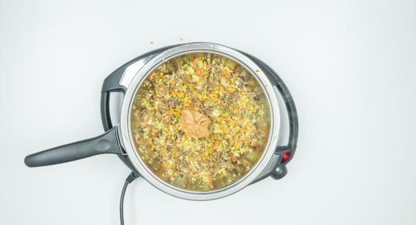 Aggiungere il trito di verdure e rosolare brevemente. Coprire con il coperchio e lasciar cuocere per circa 5 minuti. Aggiungere il burro di arachidi e condire a piacere, quindi lasciare raffreddare.