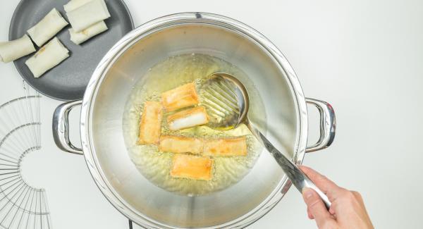 Togliere il coperchio, girare gli involtini primavera e continuare a friggere finchè non si raggiunge la doratura desiderata.