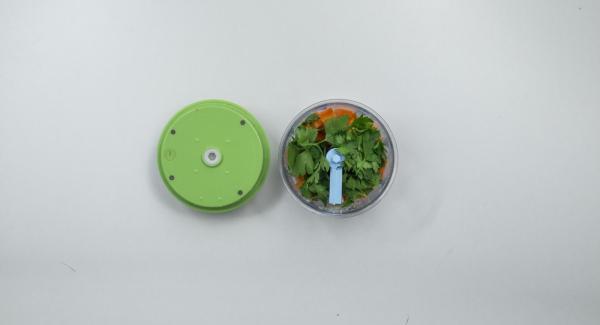 Tritare le noci nel Tritamix e metterle da parte. Pelare le carote, tagliarle a pezzi e tritarle nel Tritamix insieme alle foglie di prezzemolo.