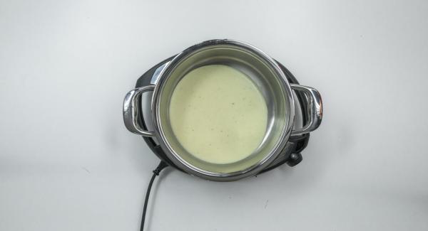 Posizionare l'Unità di cottura 24 cm 3,5 l su Navigenio ancora caldo. Versarvi metà della salsa al formaggio e disporvi sopra le crêpes farcite. Mescolare le carote rimaste con il resto della salsa e distribuire il composto sulle crêpes.