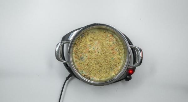 Cospargere con le noci tritate e il formaggio rimasto. Posizionare l'Unità nel suo coperchio capovolto e coprirla con Navigenio impostato a livello I. Mentre la spia lampeggia, inserire un tempo di 20 minuti su Audiotherm e cuocere al forno fino a ottenere la doratura desiderata.