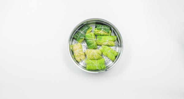 Avvolgere affinché si formino degli involtini, legarli con spago da cucina e inserirli nella Softiera 24 cm.