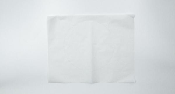 """Aiutandosi con un coperchio da 24 cm, ritagliare un disco di carta forno e inserirlo all'interno dell'Inserto """"2 in 1""""."""