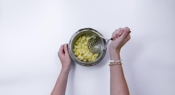 Per le patate duchessa schiacciare le patate ancora calde con uno schiacciapatate o una forchetta.