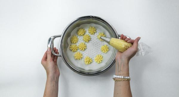 Amalgamarvi il parmigiano, l'uovo e le spezie. Mettere il composto in una sac à poche e distribuirlo in piccole quantità sulla carta da forno.