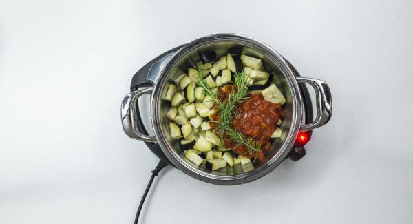 Sfumare gli scalogni con il vino rosso, amalgamare il miele, aggiungere le melanzane a dadini, il rosmarino e i pomodori.