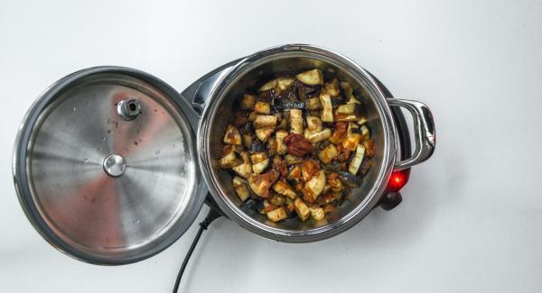 Al suono di Audiotherm, aggiungere la passata di pomodoro e insaporire con sale e pepe.