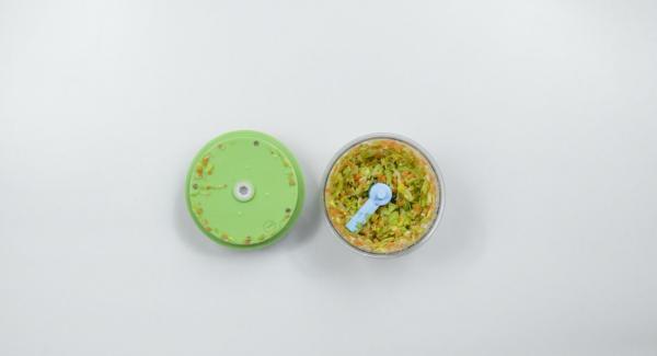 Sbucciare lo spicchio di aglio e la cipolla. Pulire e sbucciare il porro, la carota e il sedano e tritarli finemente nel Tritamix.