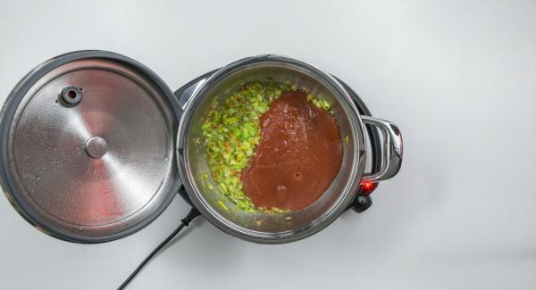 """Aggiungere i pomodori, il brodo vegetale e il pepe. Coprire nuovamente l'Unità con EasyQuick, impostare Navigenio in modalità """"A"""". Posizionare Audiotherm sulla finestra """"vapore"""" dopo aver impostato un tempo di 5 minuti."""