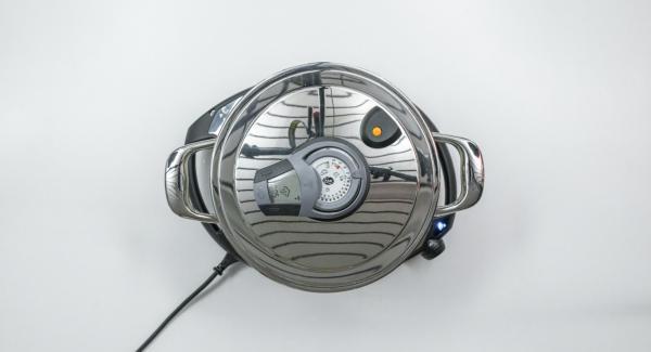 """Al suono di Audiotherm, tagliare a pezzi i filetti di pesce e aggiungerli all'interno dell'Unità. Coprire nuovamente con EasyQuick e impostare Navigenio in modalità """"A"""". Posizionare Audiotherm sulla finestra """"vapore"""" dopo aver inserito un tempo di 5 minuti."""