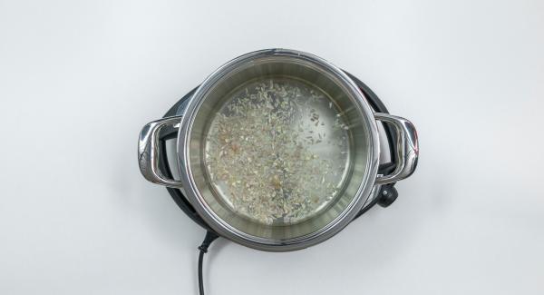 Pelare lo scalogno, l'aglio e lo zenzero, tritarli nel Tritamix e posizionare il trito nell'Unità di cottura 24 cm assieme al vino bianco.