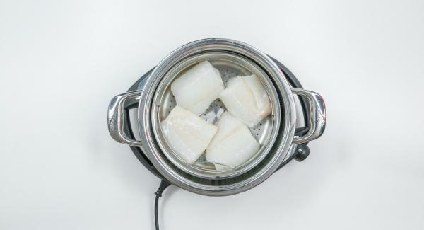 Adagiare i filetti di merluzzo nella Softiera 24 cm. Inserire la Softiera all'interno dell'Unità di cottura e coprirla con EasyQuick.