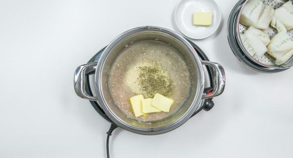 Al suono di Audiotherm, rimuovere la Softiera dall'Unità e unire il pangrattato al liquido rimasto all'interno. Insaporire con sale, pepe, erbe aromatiche e 2/3 del burro