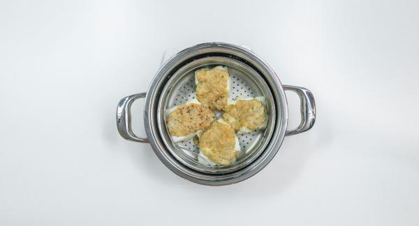 Versare la salsa sul pesce e mettere dei fiocchi di burro sopra i filetti. Posizionare l'Unità nel suo coperchio capovolto.
