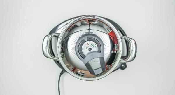 Al suono di Audiotherm, abbassare Navigenio a livello 2 e far rosolare aglio, cipolla e patate per ca 2 minuti. Versare il brodo e mescolare.