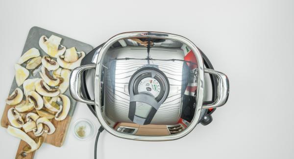 Al suono di Audiotherm, abbassare Navigenio a livello 2 e proseguire la cottura dei funghi a calore basso per ca. 1 minuto. Infine, insaporire con sale e pepe.