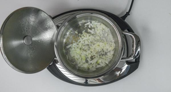 """Al suono di Audiotherm, abbassare il calore e rosolare la cipolla. Aggiungere il peperone e coprire l'Unità di cottura con il coperchio. Posizionare Audiotherm sulla finestra """"verdura"""" dopo aver impostato un tempo di 2 minuti."""