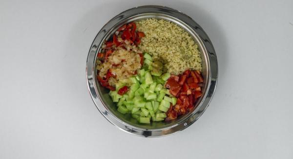 Condire il Bulgur con aglio, sale, pepe e cumino. Mescolare con peperone, cipolla, pomodori, cetrioli, olio d'oliva e succo di limone.
