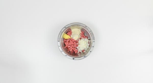 Pelare la cipolla e tritarla, aggiungerla alla carne macinata, al pangrattato e alla senape e insaporire con sale e pepe.