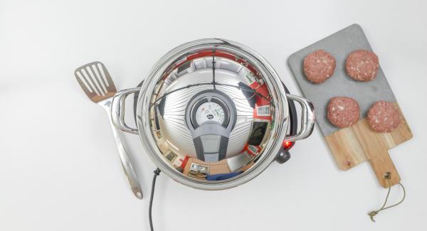 """Coprire la Padella Arcobaleno 28 cm 3,0 l con il coperchio e posizionarla sul fornello a calore alto. Con l'ausilio di Audiotherm riscaldare fino alla finestra """"carne""""."""