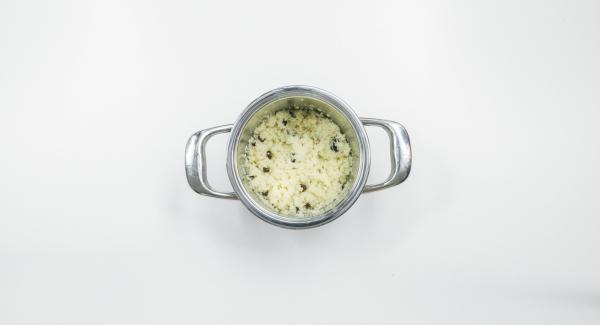 Posizionare il couscous e l'uva passa in un'Unità di cottura e cuocerli.