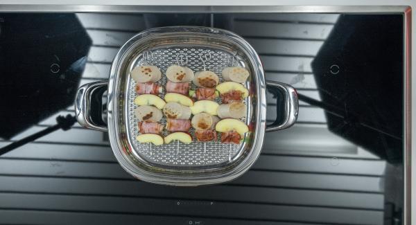 Dopo ca. 3 minuti girare gli spiedini, rimettere il coperchio e far cuocere per altri 8 - 10 minuti, a seconda dello spessore.