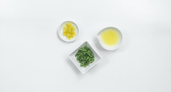 Tritare le foglie di salvia. Lavare il limone con acqua calda, grattugiare la scorza e spremere il succo. Mescolare il tutto con l'olio d'oliva e lo zucchero e aggiungere pepe in abbondanza.