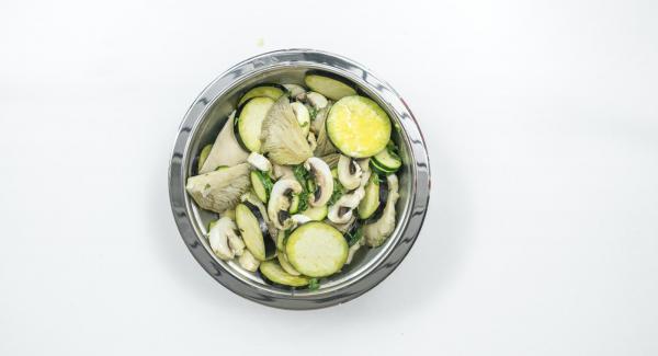 Pulire la zucchina e la melanzana e tagliarle a fette. Immergere le verdure e i funghi nella marinata e lasciar riposare per circa 1 ora. Girare di tanto in tanto.