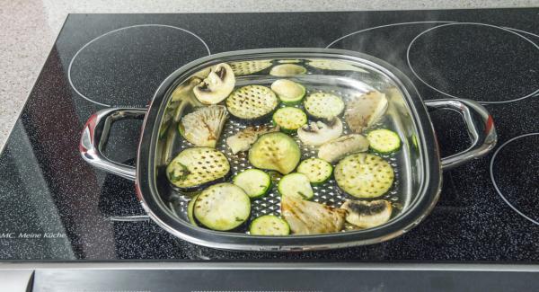 Al suono di Audiotherm, abbassare il calore e cuocere le verdure e i funghi dividendoli in porzioni, per ca. 2 minuti per lato. Infine, rimuoverli dall'Unità Arondo, salare leggermente e servire.