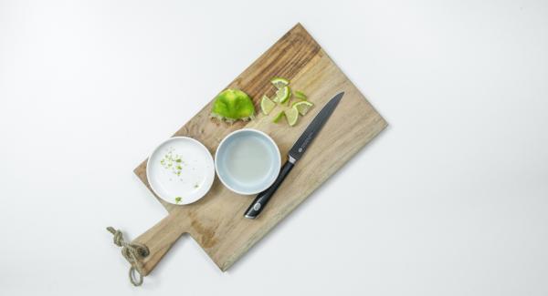 Pulire il peperoncino e tagliarlo a dadini. Lavare il lime con acqua calda, tagliarne due fette e dividerle in quattro. Grattugiare la scorza della parte rimanente e spremere il succo.