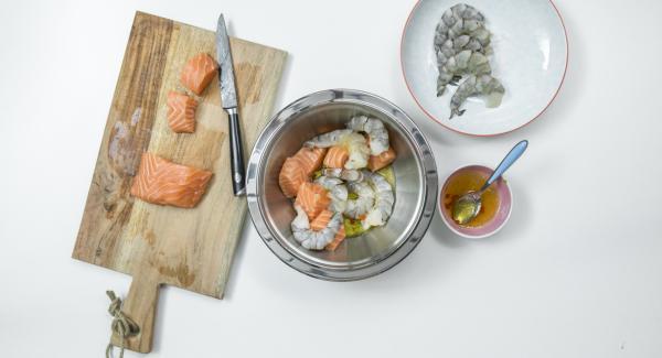 Tagliare il filetto di salmone formando circa 12 dadini. Immergere i dadini di salmone e i gamberetti nella marinata, coprire e lasciar riposare in frigorifero per circa 6 ore.