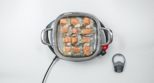 Al suono di Audiotherm, abbassare Navigenio a livello 2, inserire gli spiedini all'interno dell'Unità e coprire nuovamente con il coperchio.