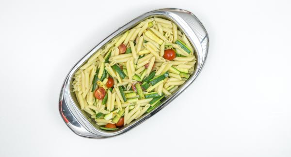 Tagliare a metà i pomodorini e posizionarli in una Lasagnera media con la pasta e le zucchine.
