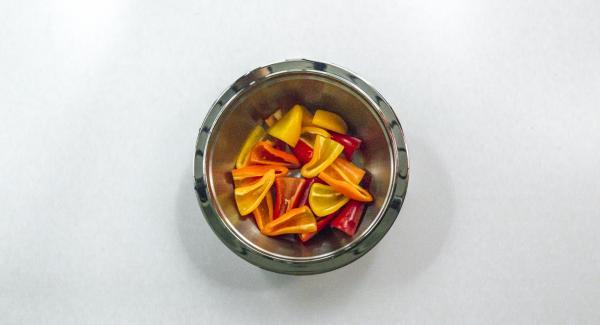 Tagliare i peperoni a metà o in quarti, a seconda della grandezza.