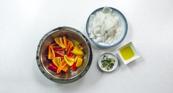Pelare l'aglio e tritarlo insieme alle foglie di timo.