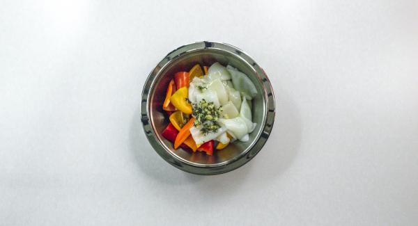 Condire con l'olio d'oliva, coprire e lasciar marinare in frigorifero per ca. 2 ore.