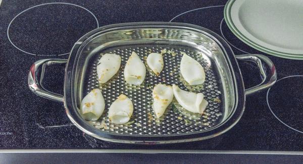 Al suono di Audiotherm, abbassare il calore e cuocere i calamari per ca. 1 minuto. Quindi girarli e proseguire la cottura per ca. 1 minuto. Infine, rimuoverli dall'Unità e mantenerli caldi.
