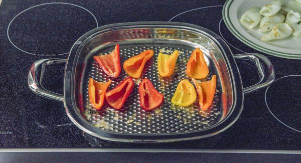 Far rosolare i pezzetti di peperoni nell'Unità Arondo per ca. 1 minuto. Poi coprire con il coperchio e completare la cottura per ca. 5 minuti a fuoco spento.