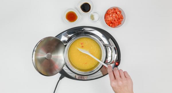 Al suono di Audiotherm, abbassare il calore e rimuovere il coperchio. Rosolare il mix, versare la purea di albicocche e proseguire la cottura.