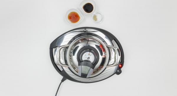 """Pulire i pomodori, tagliarli a dadini e aggiungerli alla salsa all'interno dell'Unità. Impostare il fornello a calore alto e posizionare Audiotherm sulla finestra """"verdura"""" dopo aver impostato un tempo di 5 minuti."""