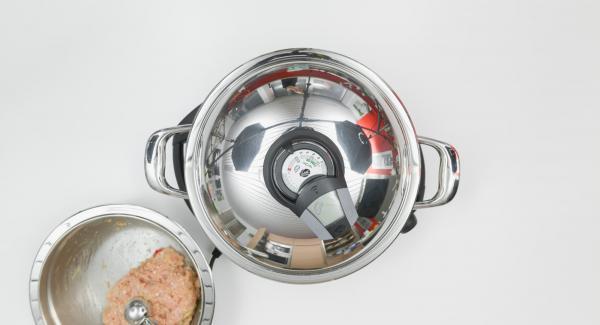 """Coprire la Padella Arcobaleno con il coperchio e posizionarla sul fornello a calore alto. Con l'ausilio di Audiotherm riscaldare fino alla finestra """"carne""""."""