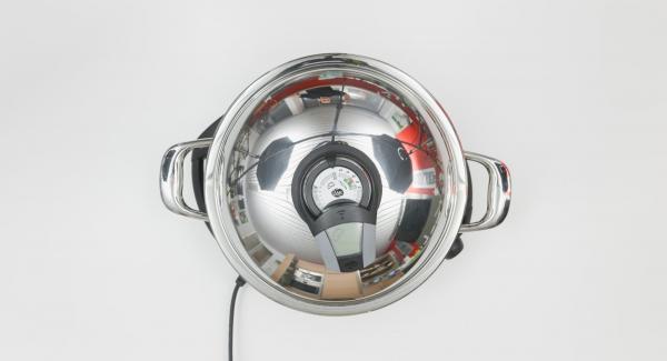 """Al suono di Audiotherm, abbassare il calore. Formare delle palline con l'impasto lavorato e adagiarle all'interno della Padella Arcobaleno. Coprire con il coperchio e proseguire la cottura fino al raggiungimento del """"punto di girata"""" a 90°."""