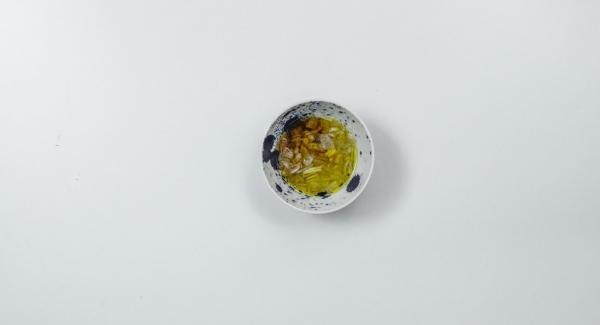 Lasciar sgocciolare il tutto su della carta assorbente. Pelare lo scalogno e tritarlo. Aggiungere l'olio d'oliva e condire con sale, pepe e peperoncino in polvere.