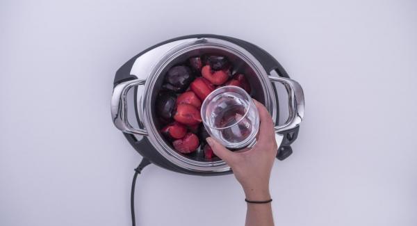 Tagliare le prugne in quattro parti e metterle con 100 ml di acqua all'interno dell'Unità di cottura.